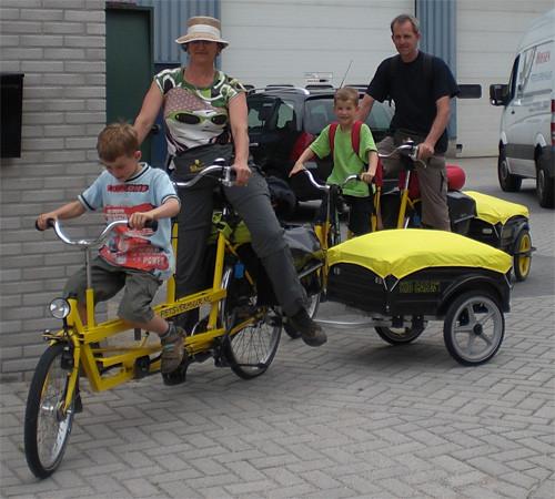 Kinderen van 4 tot en met 8 jaar kunnen zo mooi mee fietsen op de kindertandem.